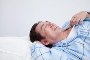 寝苦しそうなミドル男性の写真素材 [FYI02007724]