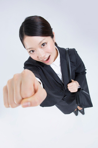 ガッツポーズをする就活女性の写真素材 [FYI02007742]