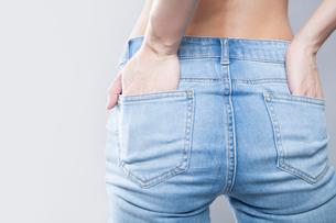 デニムパンツを履いた女性のお尻の写真素材 [FYI02007779]