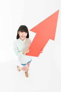 矢印をもつ女の子の写真素材 [FYI02007838]