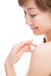 肩に触れる女性の写真素材 [FYI02007845]