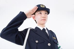 敬礼をする女性警察官の写真素材 [FYI02007868]