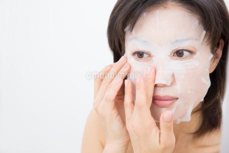 美容パックをする女性の写真素材 [FYI02007876]