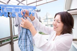 洗濯をする女性の写真素材 [FYI02007883]
