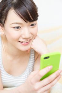 スマートフォンを操作する女性の写真素材 [FYI02007885]