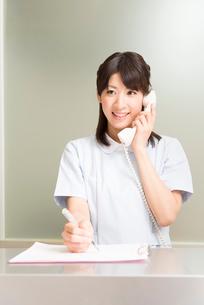電話応対をする歯科衛生士の写真素材 [FYI02007942]