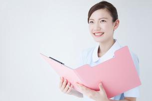 カルテを開く看護師の写真素材 [FYI02007975]