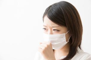 咳をする女性の写真素材 [FYI02007980]