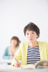 授業を受ける女性2人の写真素材 [FYI02007982]