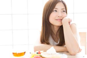 女性とパンケーキの写真素材 [FYI02007995]
