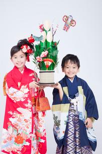 着物姿で微笑む子供達の写真素材 [FYI02008022]