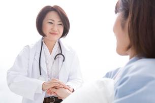 脈を取る女医と患者の写真素材 [FYI02008041]