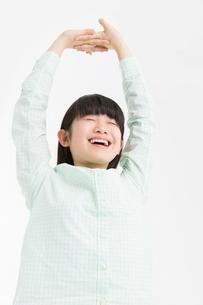伸びをする女の子の写真素材 [FYI02008050]