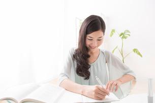 勉強する女性の写真素材 [FYI02008076]