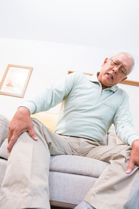 膝の痛みに苦しむシニア男性の写真素材 [FYI02008118]