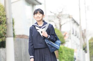 住宅街を歩く女子中学生の写真素材 [FYI02008135]