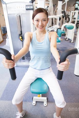 筋力トレーニングをする女性の写真素材 [FYI02008146]