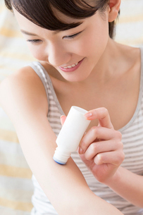 痒み止めを塗る女性の写真素材 [FYI02008158]