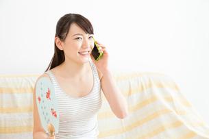 電話をする女性の写真素材 [FYI02008289]