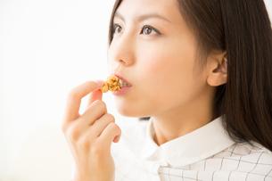 ポップコーンを食べる女性の写真素材 [FYI02008291]