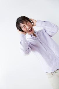 頭を抱える男性の写真素材 [FYI02008292]