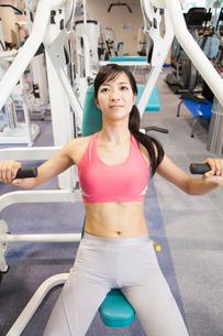 筋力トレーニングをする女性の写真素材 [FYI02008293]
