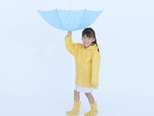 傘を反対向きに持つ女の子の写真素材 [FYI02008307]