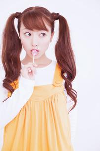 キャンディを舐める女性の写真素材 [FYI02008350]