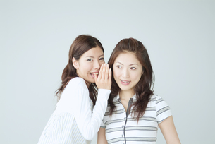 2人の日本人女性ポートレートの写真素材 [FYI02008463]