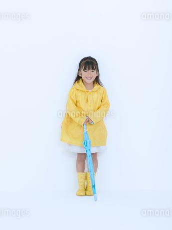 黄色い合羽を着た女の子の写真素材 [FYI02008540]