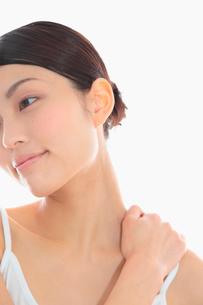 肩を揉む女性の写真素材 [FYI02008757]
