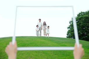 額縁の中の家族の写真素材 [FYI02008820]