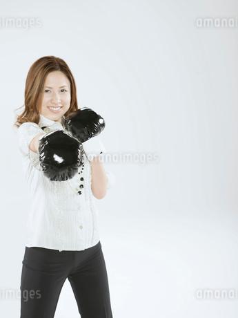 ボクシンググローブをつけた日本人OLの写真素材 [FYI02008907]