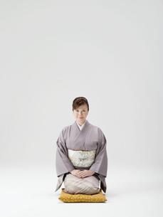 座布団に座る和服姿の日本人50代女性の写真素材 [FYI02008950]