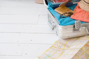 床に置いた地図とスーツケースの写真素材 [FYI02008962]