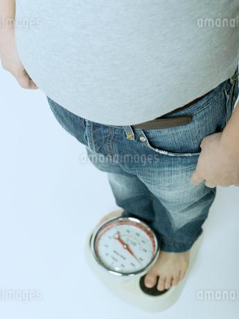 体重計に乗る男性の写真素材 [FYI02008966]