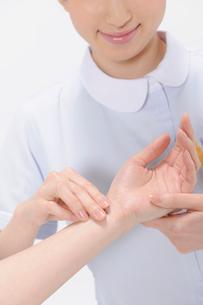 脈を診る看護師の写真素材 [FYI02009156]