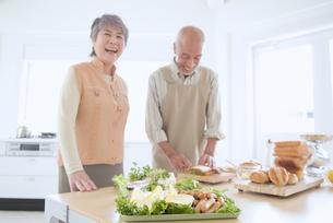 料理をするシニア夫婦の写真素材 [FYI02009230]