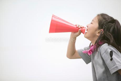 メガフォンで応援をする女の子の写真素材 [FYI02009264]