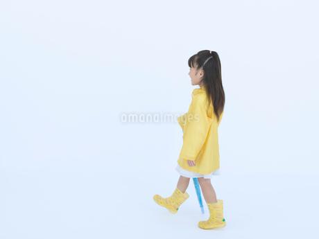 黄色い合羽を着た女の子の写真素材 [FYI02009642]