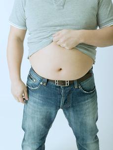 太った腹を見せる男性の写真素材 [FYI02010126]