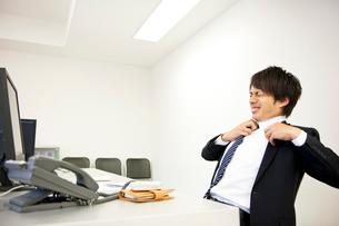 疲れた表情のビジネスマンの写真素材 [FYI02010169]
