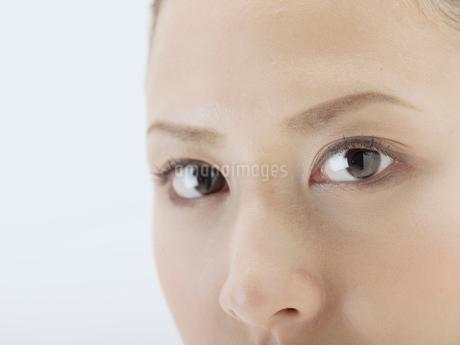 20代日本人女性の顔アップの写真素材 [FYI02010184]
