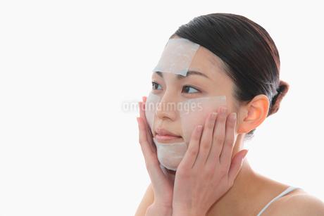 化粧水パックをする女性の写真素材 [FYI02010238]