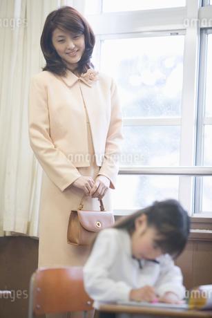 授業参観の親子の写真素材 [FYI02010309]