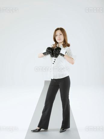 ボクシンググローブをつけた日本人OLの写真素材 [FYI02010358]