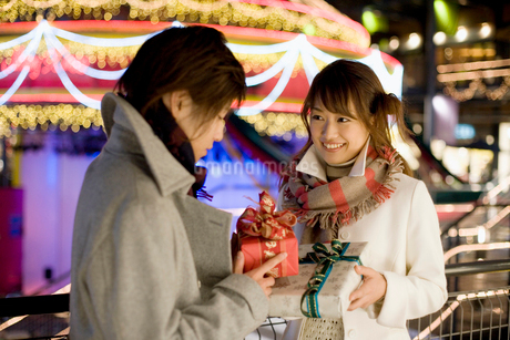 プレゼント交換をするカップルの写真素材 [FYI02010373]