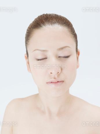 目を閉じる20代日本人女性の写真素材 [FYI02010705]