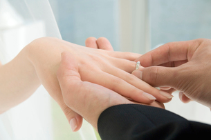 指輪の交換をする新郎新婦の写真素材 [FYI02010808]