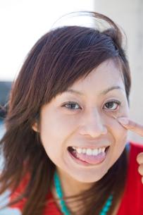 舌を出す日本人女性の写真素材 [FYI02010819]